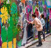 Junge Frauen und Graffiti stockbild
