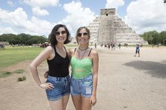 Junge Frauen vor El Castillo in Chichen Itza stockfotografie