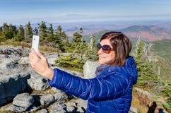Junge Frauen-Wanderer, der ein Selfie nimmt Lizenzfreies Stockfoto