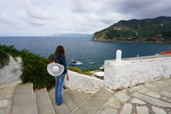 Junge Frauen-Wanderer in Skopelos Griechenland stockfoto