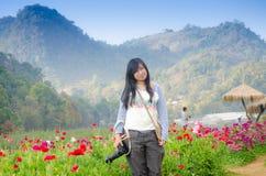 Junge Frauen-Wiese von Blumen lizenzfreie stockfotografie