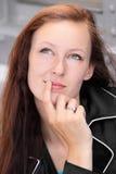Junge freckel Gesichtsfrau, die etwas denkt Lizenzfreies Stockfoto