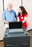 Junge-Freiwilliger hilft Wähler Lizenzfreies Stockbild
