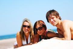 Junge Freunde auf dem Sommerstrand Stockfotografie