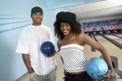 Junge Freunde an der Bowlingbahn Stockfotos