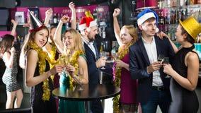 Junge Freunde, die auf Partei des neuen Jahres tanzen lizenzfreies stockbild