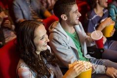Junge Freunde, die einen Film aufpassen Stockbild