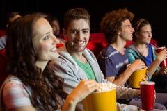 Junge Freunde, die einen Film aufpassen Stockbilder