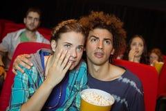 Junge Freunde, die einen Film aufpassen Lizenzfreie Stockbilder
