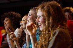 Junge Freunde, die einen Film aufpassen Stockfotos