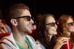 Junge Freunde, die einen Film 3d aufpassen Stockfoto