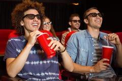 Junge Freunde, die einen Film 3d aufpassen Stockfotos