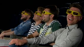 Junge Freunde, die einen Film am Kino aufpassen abschluß stock footage
