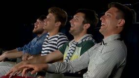 Junge Freunde, die einen Film am Kino aufpassen abschluß stock video footage