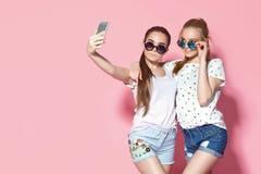 Junge Freunde, die selfie nehmen stockbilder