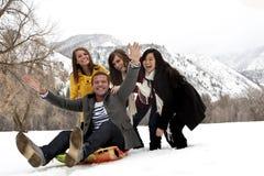 Junge Freunde, die Spaß im Winter haben lizenzfreie stockfotos