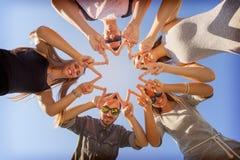 Junge Freunde, die Spaß am sonnigen Tag haben Lizenzfreie Stockfotos