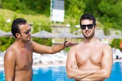 Junge Freunde, die Spaß auf dem Pool sprechen und haben Lizenzfreie Stockfotografie