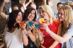 Junge Freunde, die zusammen etwas trinken Lizenzfreies Stockfoto