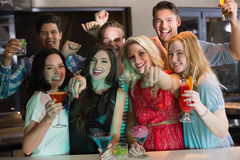 Junge Freunde, die zusammen etwas trinken Stockbild