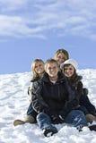 Junge Freunde an einem Snowy-Tag lizenzfreies stockbild