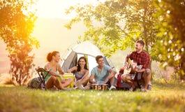 Junge Freunde haben gute Zeit auf Camping-Ausflug Lizenzfreie Stockfotos