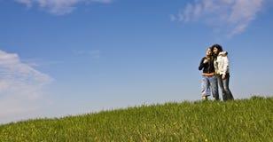 Junge Freunde im Hügel Stockfotografie