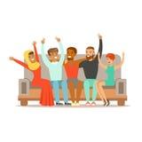 Junge Freunde von allen auf der ganzen Welt, die auf Sofa, glückliche internationale Freundschafts-Vektor-Karikatur-Illustration  lizenzfreie abbildung