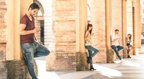 Junge Freundgruppe unter Verwendung des Smartphone im städtischen Stadtzentrum - Technologie und tatsächlicher Lebensstil mit geg lizenzfreie stockfotografie