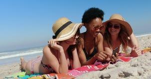 Junge Freundinnen, die Spaß am Strand 4k haben stock video footage