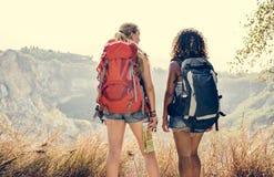 Junge Freundinnen, die zusammen reisen lizenzfreies stockbild