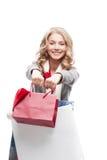 Junge freundliche Frauenholding-Einkaufenbeutel Stockfotos
