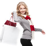 Junge freundliche Frauenholding-Einkaufenbeutel Stockbild