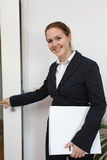 Junge freundliche Geschäftsfrau Stockfotografie