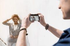 Junge frohe Liebhaber nehmen Fotografie draußen Lizenzfreie Stockbilder