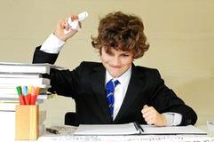 Junge frustriert mit Schulearbeit lizenzfreie stockfotografie