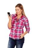 Junge frustrierte Frau, die einen Handy betrachtet lizenzfreie stockfotos