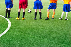 Junge Fußballspieler auf dem Gebiet bedecken Fußballakademie mit Gras Stockbilder