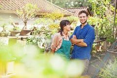 Junge Gärtner mit Bonsais lizenzfreies stockbild