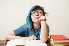 Junge gebohrte Studentin mit Buch Stockfotos