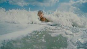 Junge gedeiht in den Wellen üppig stock video