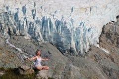 Junge-geeignete Frau in der Yoga-Haltung meditierend in den Bergen Stockfotos