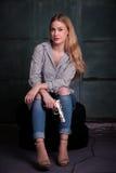 Junge gefährliche blonde Frau mit einem Gewehr Lizenzfreie Stockfotos