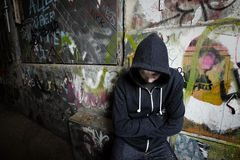 Junge gegen eine Wand Stockfotos
