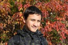 Junge gegen Fallhintergrund Lizenzfreies Stockfoto
