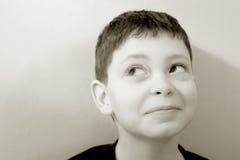 Junge gegen grüne Wand lizenzfreie stockfotografie