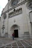 Junge gehen von der Kathedrale von Gemona-Stadt in Nord-Italien heraus Stockbild