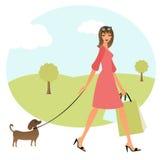 Junge gehende Frau ihr Hund Stockbild