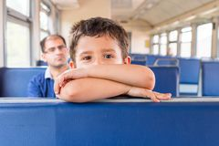 Junge geht zum Zug Lizenzfreie Stockfotos