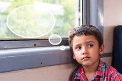 Junge geht zum Zug Lizenzfreies Stockbild